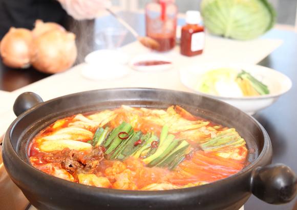 和牛もつすき鍋セット(アドバンス株式会社)- 昆布の旨味がしっかり効いた甘辛スープ<br /> 崔家の健美鍋