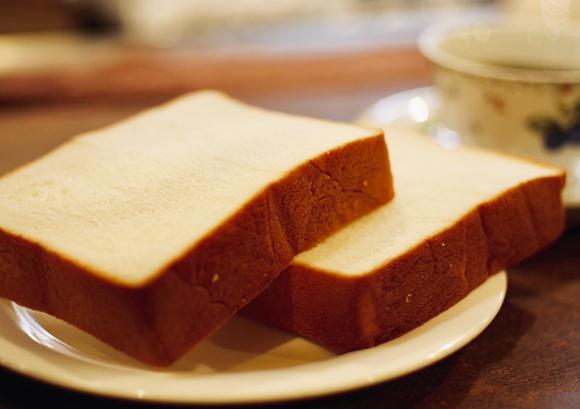 麻布コラーゲンブレッド(有限会社麻布珈琲店)- おいしいパンで、<br /> 頑張る女性をそっとあと押し。