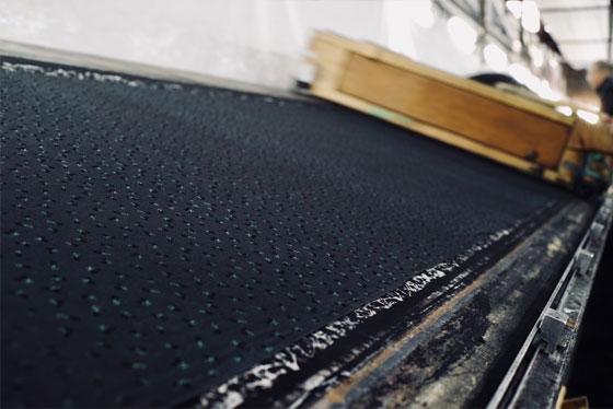 染工場でバッグに使用する特殊加工の生地を作る