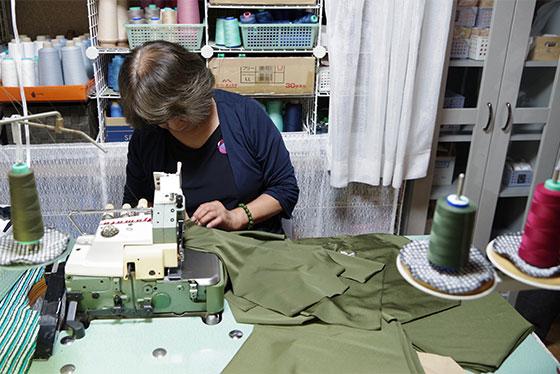熟練の技で一つ一つ丁寧に縫製