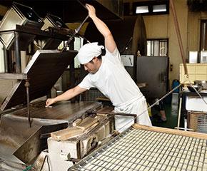 鉄板焼おかきせんべい「大人の燻製シリーズ」(株式会社米菓桃乃屋)
